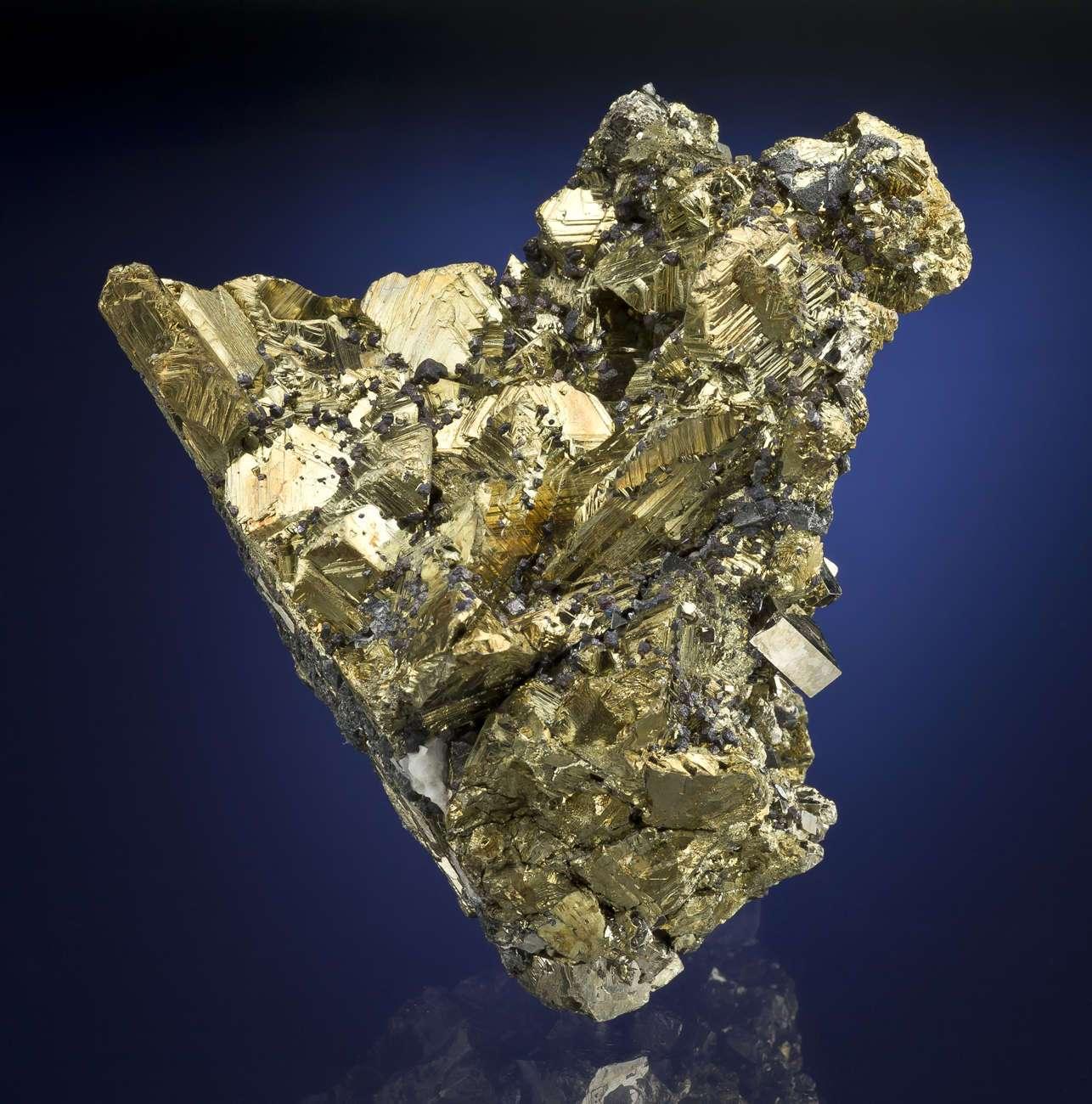 This specimen metallic golden brightness looks manmade brighter