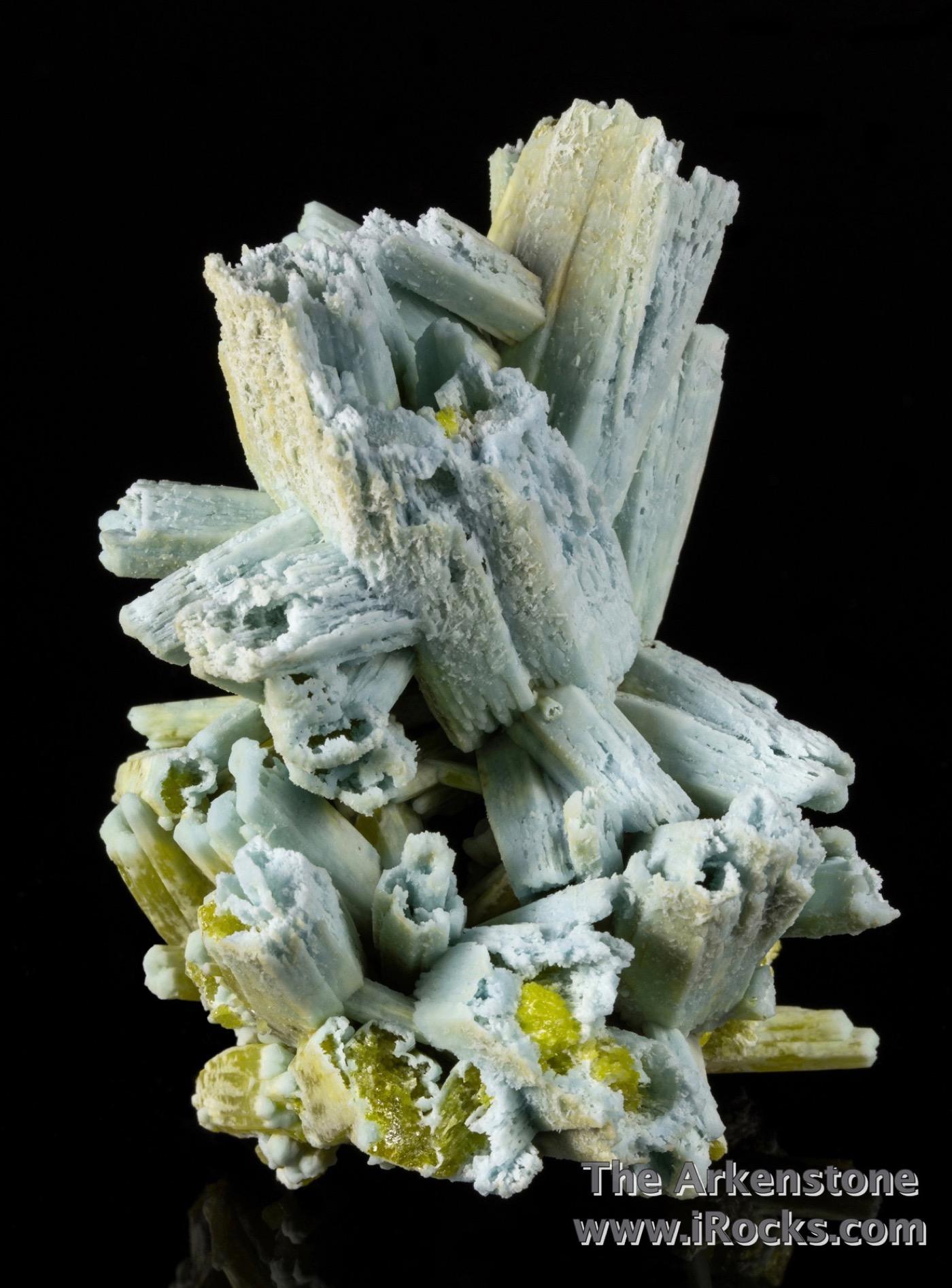 A sliver matrix hosts cluster diverging crystals 5 cm length hoppered