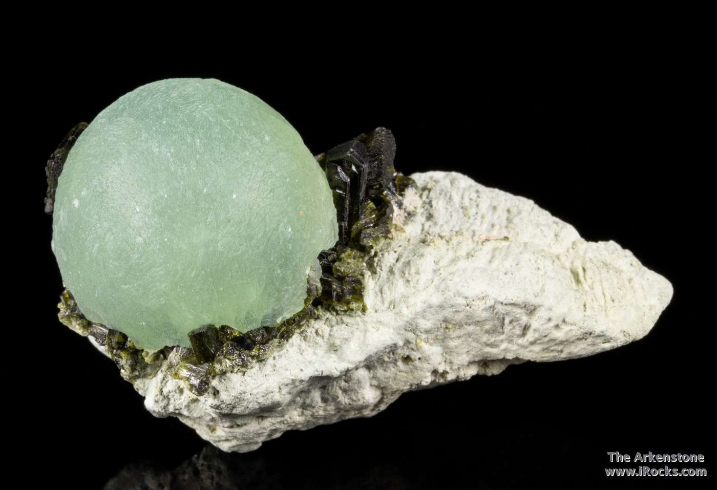 One attractive specimens lot A single lustrous translucent apple green
